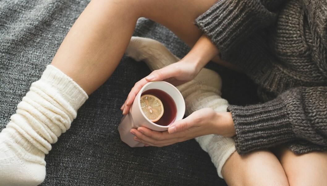 DRIKK TE: En kopp med te og litt honning kan hjelpe mot søtsuget, sier ekspert. FOTO: NTB Scanpix