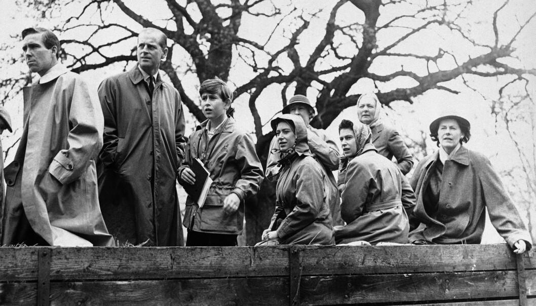 <strong>NÆR KONTAKT:</strong> Antony Armstrong-Jones (t.v.) var nært knyttet til prinsesse Margarets familie, og etter skilsmissen opprettholdt de kontakten. Her fra en badminton-turnering i England i 1961. Ved siden av Armstrong-Jones står prins Philip, prins Charles, prinsesse Margaret og dronning Elizabeth. Foto: NTB Scanpix