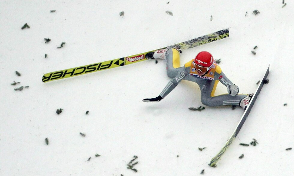 DRAMA: Richard Freitag falt etter at han landet på 130 meter i Innsbruck torsdag. Foto: NTB Scanpix