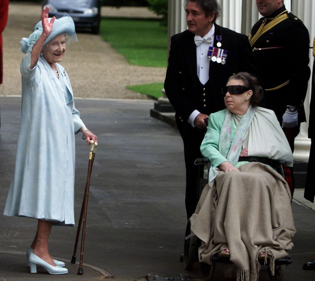 <strong>HJERNESLAG:</strong> De siste årene av livet sitt satt prinsesse Margaret i rullestol etter et hjerneslag. Hun gikk bort 9. februar 2002. Dette bildet ble tatt i forbindelse med dronningmorens 101-årsdag. Foto: NTB Scanpix