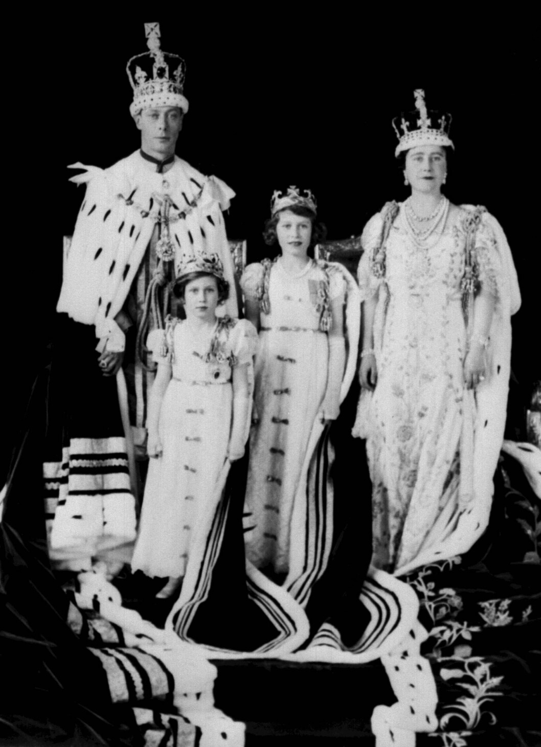 <strong>FAMILIEN:</strong> Prinsesse Margaret med sin søster Elizabeth, mor dronning Elizabeth og far kong George under kroningen i 1937. Foto: NTB Scanpix