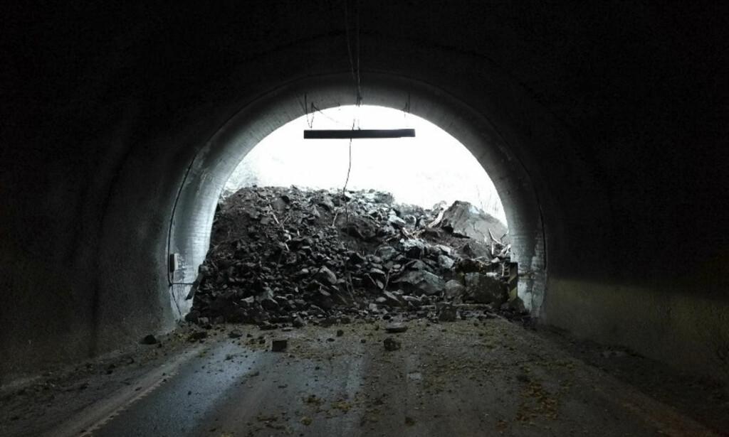 Sperret: Ras sperrer en tunnel på FV 53 mellom Årdal og Lærdal. Foto: Politiet / NTB scanpix