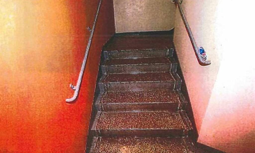 TRAPPEOPPGANGEN: Kvinnen, en rusmisbruker i 30-åra, forklarte at det var 20 stykker til stede i trappeoppgangen da hun ble voldtatt. Foto: Politiet