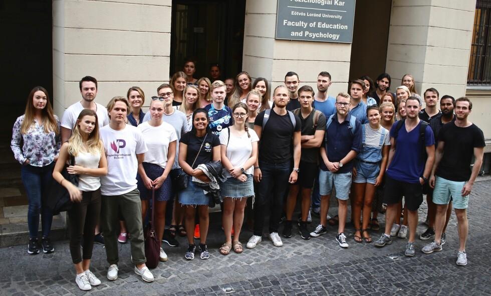EØS-AVTALEN: De norske ungdommene som studerer psykologi i Budapest er frustrerte over at utdanningen deres ikke lenger godkjennes i hjemlandet. Nå venter de på en avgjørelse i ESA etter at Norge er klaget inn for brudd på EØS-avtalen. Foto: Maria Skarpaas Andersen