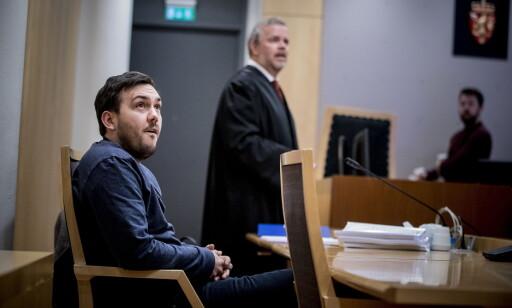 BEVIS: Dennis Vareides advokat Jon Wessel-Aas viser tre videoer der den 19 år gamle youtuberen kommer med grove anklager mot Vareide. Foto: Bjørn Langsem