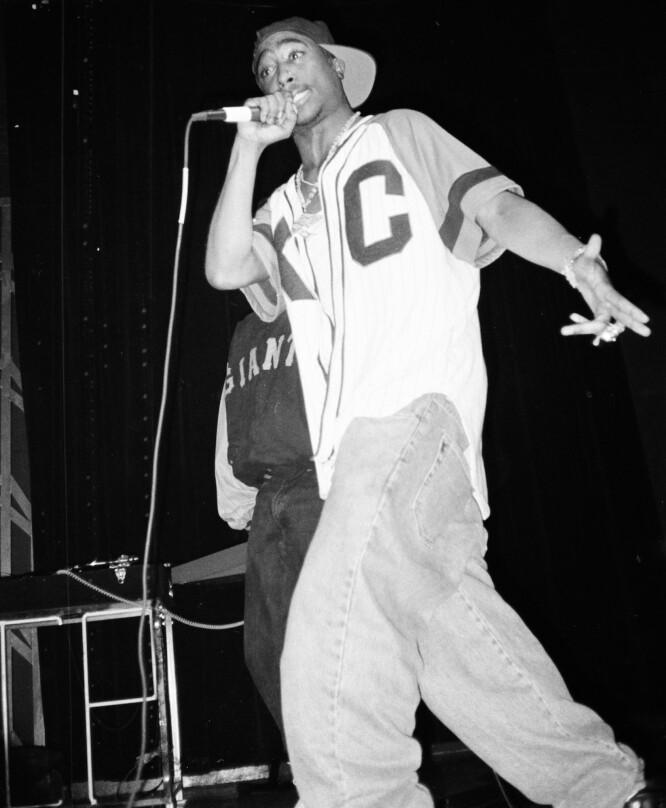 AVDØDE TUPAC: Den ikoniske rapperen hadde et forhold til Madonna på 1990 tallet. Her avbildet under en opptreden i Los Angeles i 1992. Foto: NTB Scanpix