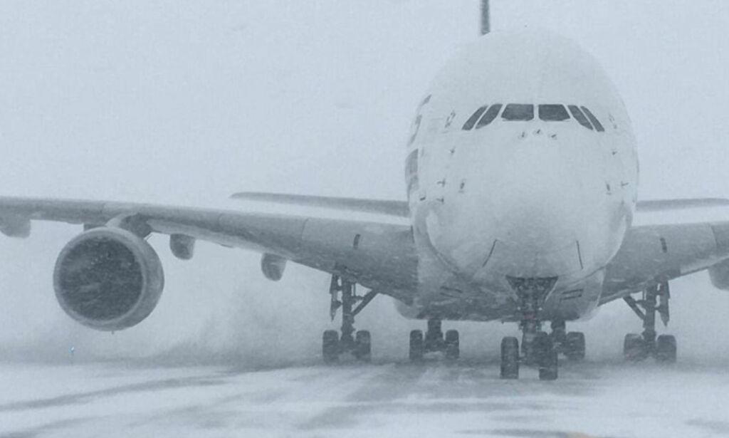 image: Verdens største fly måtte lande på liten flyplass. Passasjerene måtte vente i tre timer før flyplassen fant høye nok trapper
