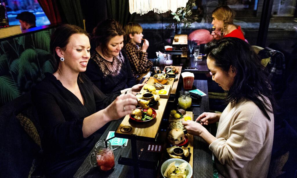 BORD PÅ BORD: For at det ikke skal bli så fullt på de små bordene serveres maten på små stativ - vipps! så er plassproblemet løst. Foto: John T. Pedersen