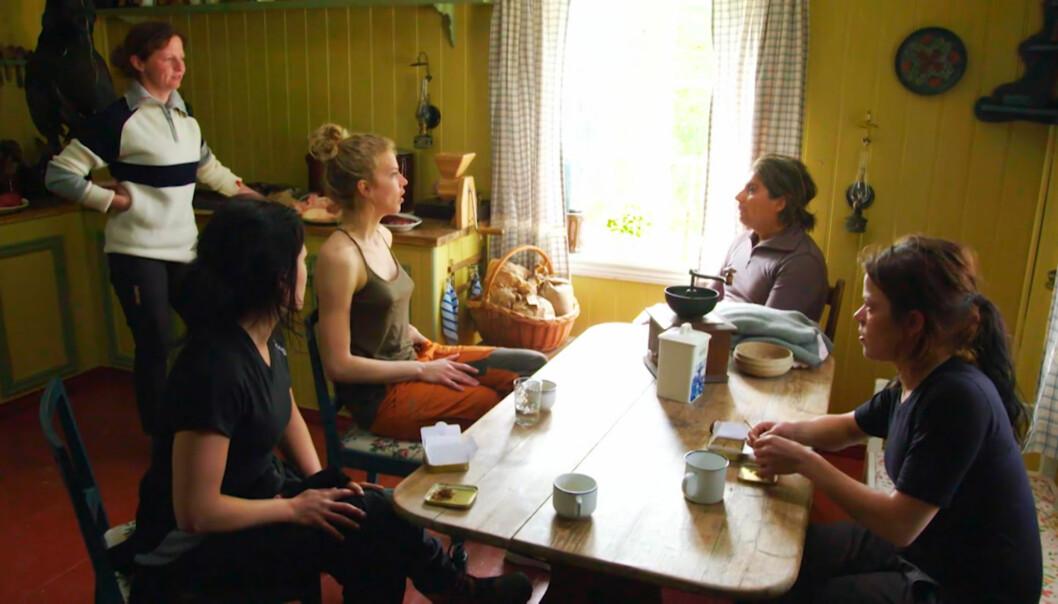 EKSTRA GODER: Kristine og Johanne Thybo Hansen (foran i bildet) ruller tobakk under en samtale i mandagens premiereprogram av «Farmen Kjendis». Foto: TV 2