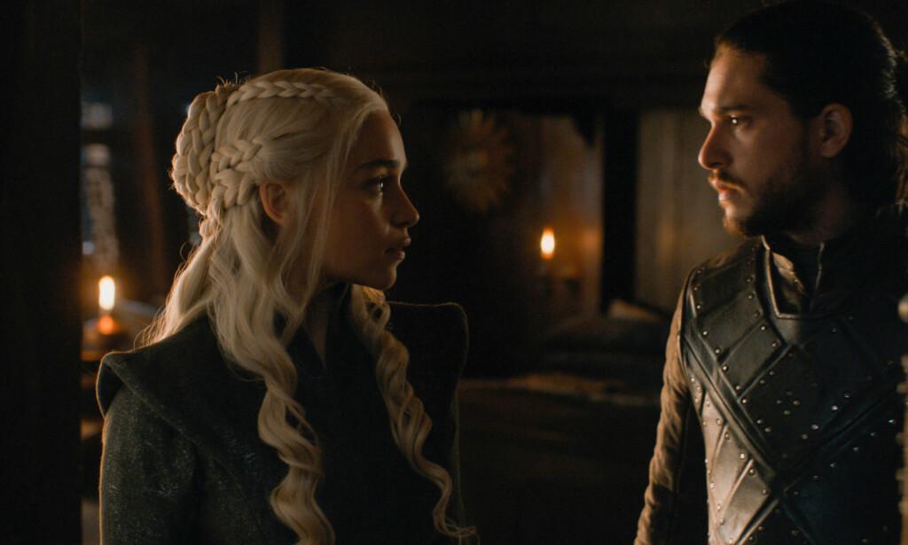 LOVE IS IN THE AIR: Daenerys Targaryen og Jon Snow har funnet hverandre. Lite vet de om at de er i slekt. Det vet imidlertid Jons lillebror Bran. Foto: HBO