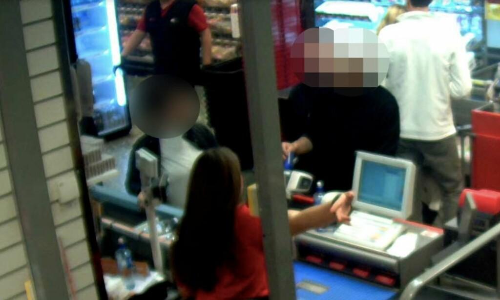 AVSLØRT: De to mennene og den 17 år gamle jenta ble avslørt av overvåkingskameraer da de forsøkte å tømme den 29 år gamle mannens konto. Foto: Politiet