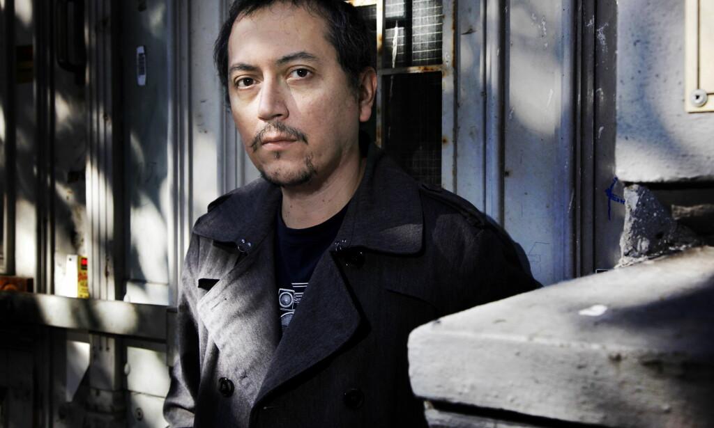 SAMLING: Pedro Carmona-Alvarez har samlet fem tidligere diktbøker, samt nyskrevet materiale i en ny, stor bok. Foto: STEINAR BUHOLM
