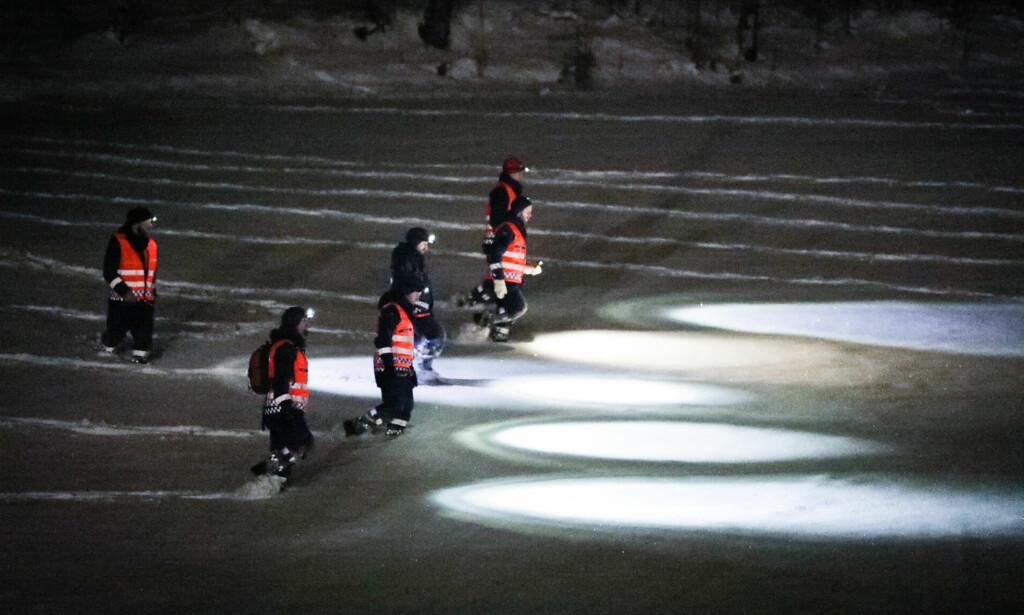 MANNGARD: Letemannskaper brukte fredag kveld til å gjennomsøke jorder i nærheten av veien. Det er mye snø i leteområdet. Foto: Christian Roth Christensen / Dagbladet