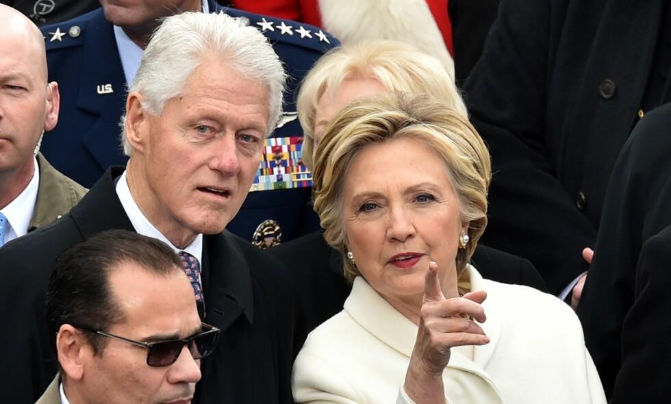 STYRER: Tidligere president Bill Clinton, tidligere presidentkandidat og utenriksminister Hillary Clinton og ekteparets datter Chelsea sitter i styret til Clinton Foundation. Foto: Paul J. Richards / AFP / NTB Scanpix
