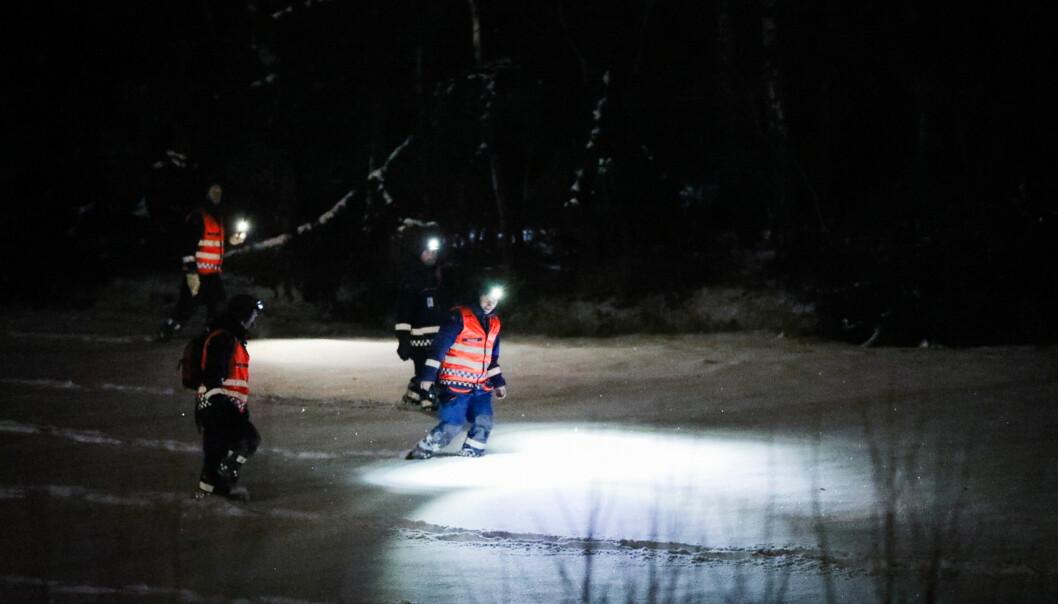 LETER I SNØEN: Store mannskaper er ute i den dype snøen i nattemørket i Brumunddal seint fredag kveld. Foto: Christian Roth Christensen / Dagbladet