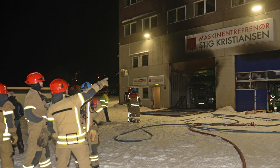 BLÅST UT: Eksplosjon i næringsbygg i Tromsø. Dørene og garasjeport hos Maskinentrepenør Stig Kristiansen er blåst ut. Foto: Rune Stoltz Bertinussen / NTB scanpix