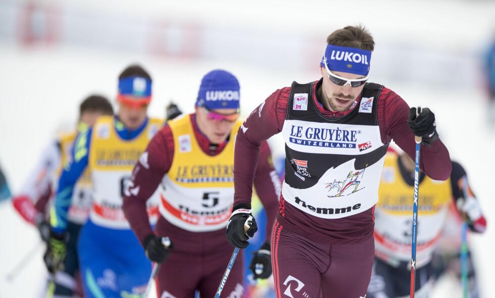 UTE: Sergej Ustjugov (fremst) ser ikke ut til å få stille i OL om noen uker. Her fra 15 kilometer fellesstart i Val di Fiemme 2018. Foto: Terje Pedersen / NTB scanpix