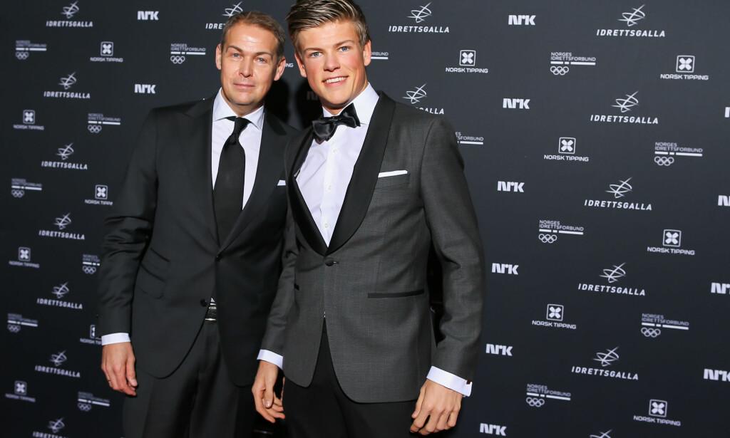 HYLLET NORTHUG: Johannes Høsflot Klæbo, her sammen med pappa Haakon. Foto: Bildbyrån