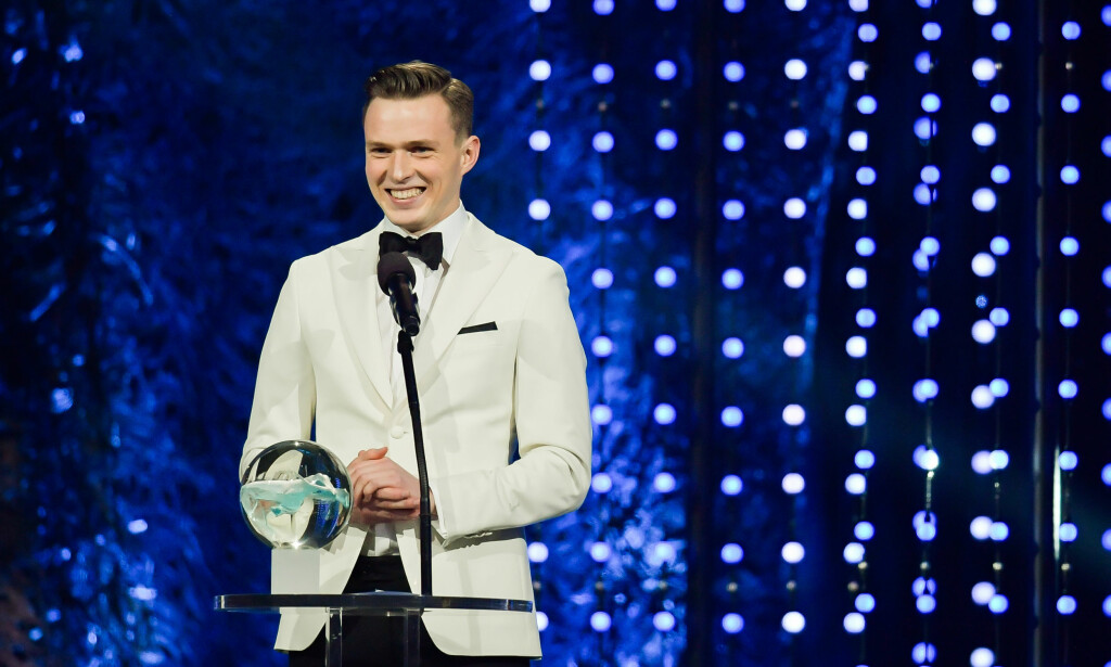 SMILER STORT: Her mottar Karsten Warholm prisen for årets mannlige utøver på Idrettsgallaen på Hamar. Foto: Vegard Wivestad Grøtt / Bildbyrån