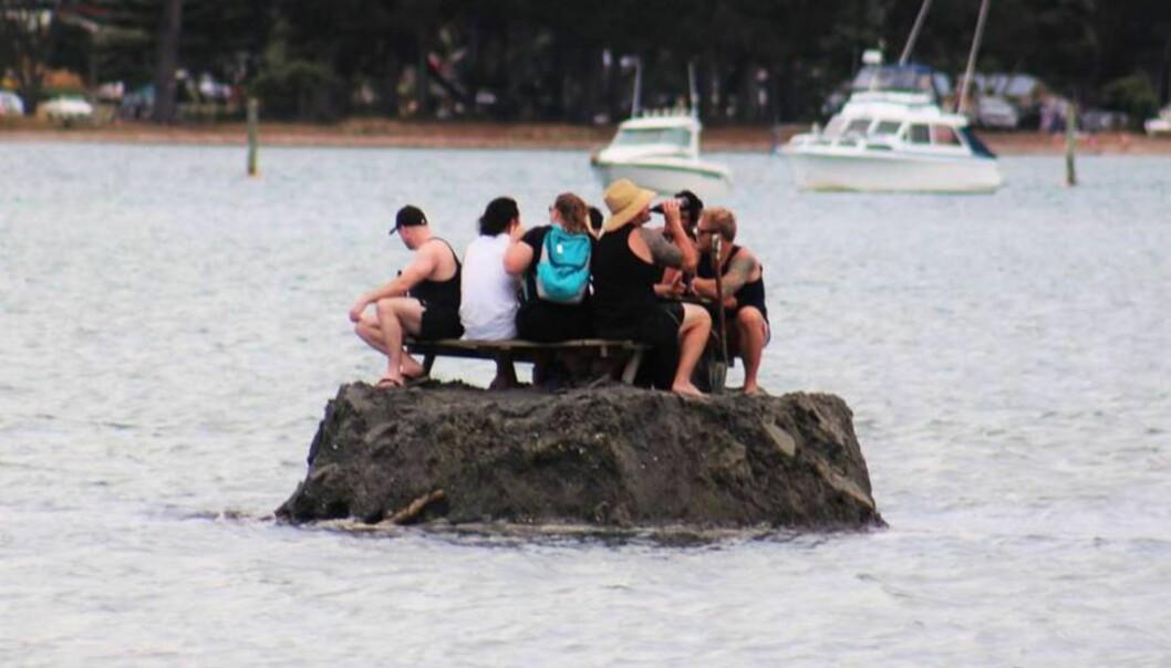 BYGGET ØY: Newzealendere bygget en øy av sand for å omgå alkoholforbudet. Foto: David Saunders