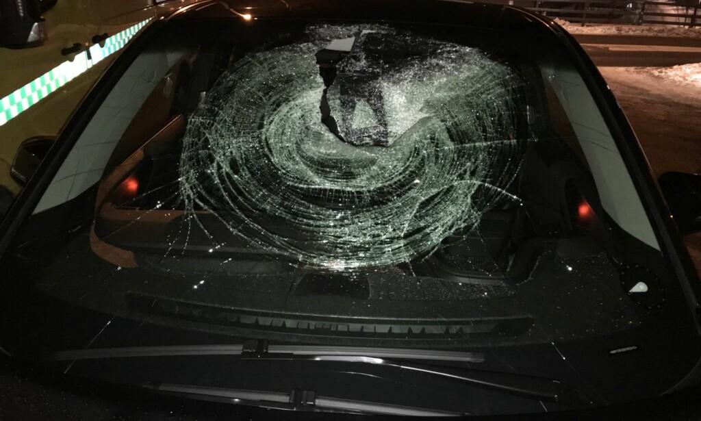 KNUST: Bilisten som fikk den store isklumpen gjennom frontruta ble ikke skadet. Foto: Politiet