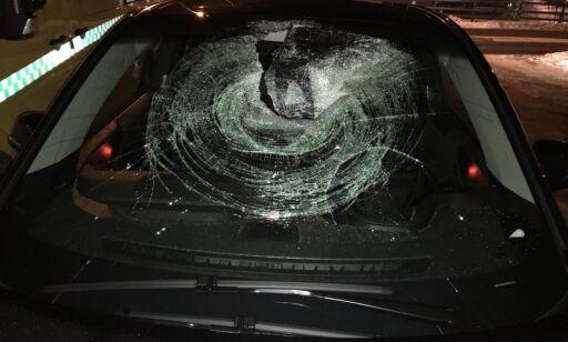 image: Bilist fikk isklump på størrelse med en fotball gjennom frontruta