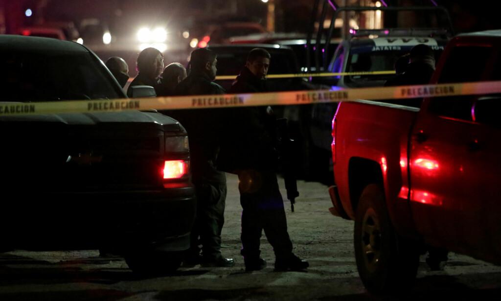 DRAP: Bevæpnet politi står like ved åstedet i Ciudad Juarez der tre kvinner ble drept 4. januar. Foto: REUTERS / Jose Luis Gonzalez / NTB scanpix