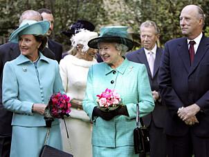 REGENTER: Dronning Elizabeth sammen med kong Harald og dronning Sonja i 2005. Foto: NTB Scanpix