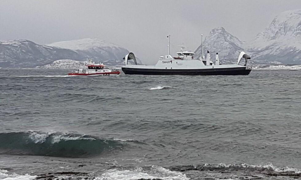 FØRES I SIKKERHET: Ferja «Tingvoll» fikk motorstopp, men klarte å få ut ankeret. Her føres skipet mot havn. Foto: Sonja Fugelsnes
