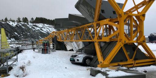image: Bil knust av 45 meter høy kran, tak blåst av bolighus og flere tusen strømløse