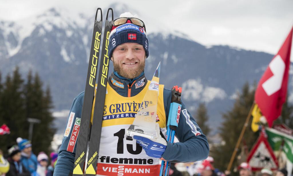 SMILTE TIL SLUTT: Martin Johnsrud Sundby var en lettet mann etter at han ble nummer to i Tour de Ski i dag. Julinga han fikk i går har fått ham til å endre OL-planene. Foto: Terje Pedersen / NTB Scanpix