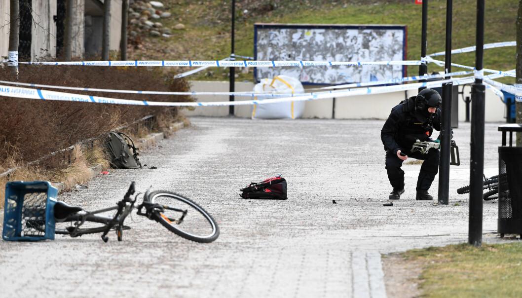 DØDE: Politifolk ved stedet hvor en eksplosjon ble utløst ved Vårby Gård utenfor Stockholm. En syklist som skal ha plukket opp et sprenglegeme fra bakken døde som følge av skadene han pådro seg. Foto: Henrik Montgomery / TT / NTB scanpix