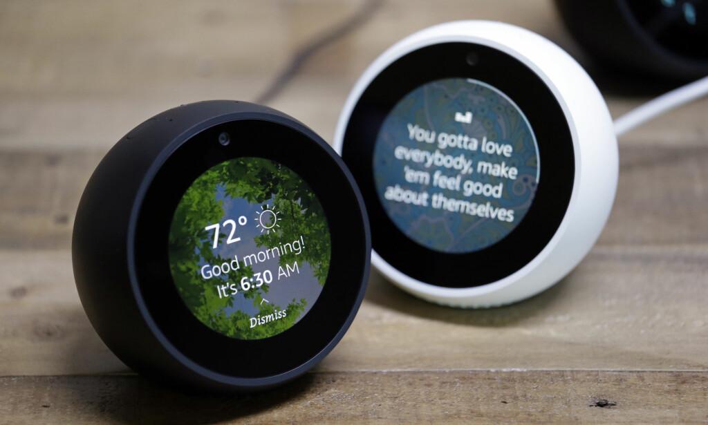 FRA HØYTTALER TIL PC: Amazon har en rekke produkter med den digitale assistenten Alexa innebygd, inkludert smart-vekkerklokka Echo Spot. Snart kommer det også til en Windows-10-PC nær deg. Foto: NTB Scanpix/AP Photo/Elaine Thompson
