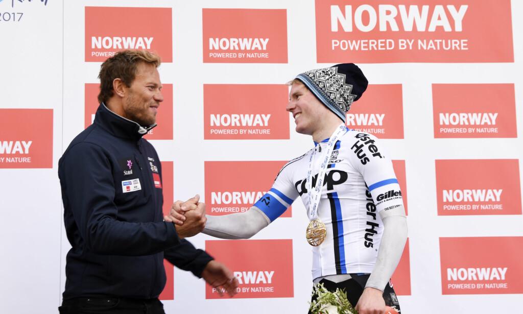 AMBASSADØR: Thor Hushovd gratulerer August Jensen på podiet under fjorårets Arctic Race of Norway. Vår tidligere verdensmester mener det bør være mulig å utkonkurrere Danmark i kampen om å få arrangere Tour de France på hjemmebane. FOTO: Rune Stoltz Bertinussen / NTB scanpix