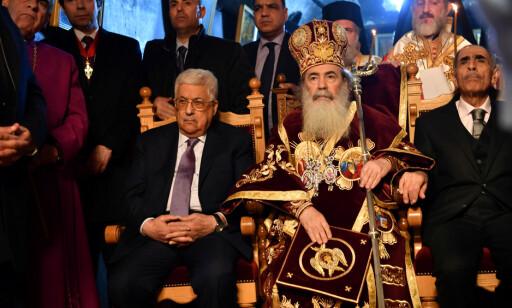 ORTODOKS JUL: I går feiret ortodokse kristne jul, og den palestinske presidenten Mahmoud Abbas var til stede da den gresk-ortodokse patriarken av Jerusalem, Theophilos III, holdt midnattsmesse i fødselskirka i Betlehem i går. Foto: Palestinian President Office (PPO) / Reuters / Scanpix