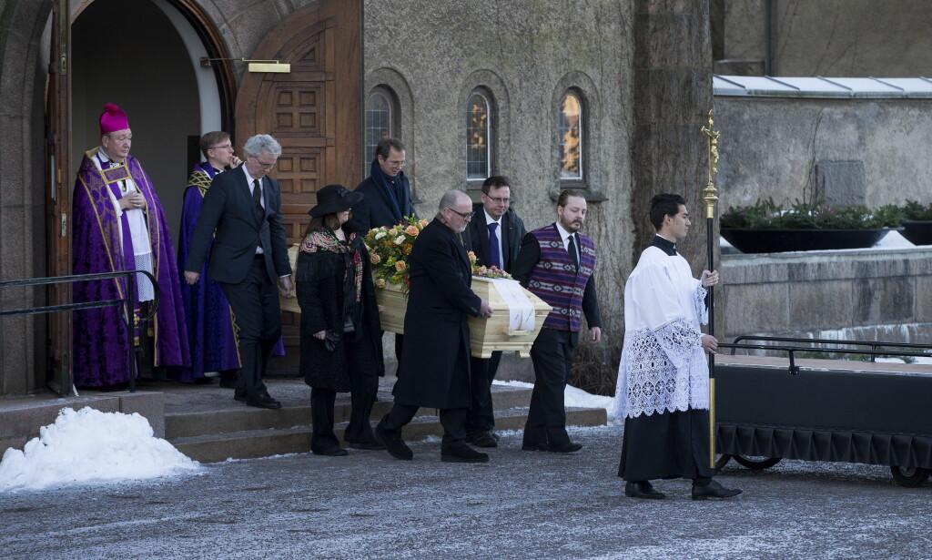 TAR AVSKJED: Flere hundre mnenesker hadde møtt opp for å ta farvel med Jahn Otto Johansen. Her bæres kista ut fra Vestre gravlund kapell. Til venstre står biskop Bernt Eidsvig, som forrettet begravelsen.