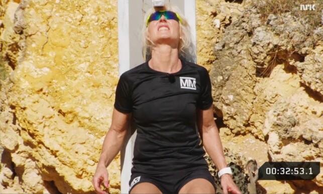 OVERLEGEN SEIER: Bjørg Eva Jensen (57) er den eldste kvinnen som noensinne har deltatt i «Mesternes mester». Fredag kveld slo hun alle rekorder i melkesyreøvelsen «90 grader». Foto: NRK / Skjermdump