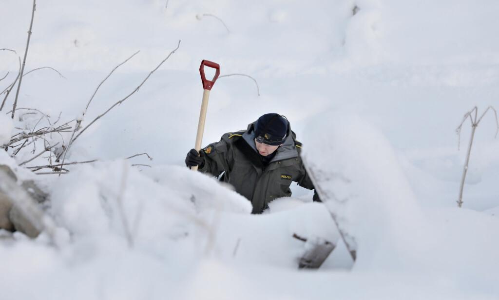 LETER ETTER SPOR: Kriminalteknikere graver i snøen etter spor i forsvinningssaken. Foto: Christian Roth Christensen/Dagbladet