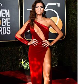 VAKTE OPPSIKT: Blanca Blanco valgte ikke bare rødt fremfor svart, hun viste også mye hud på Golden Globe-løperen. Foto: NTB scanpix