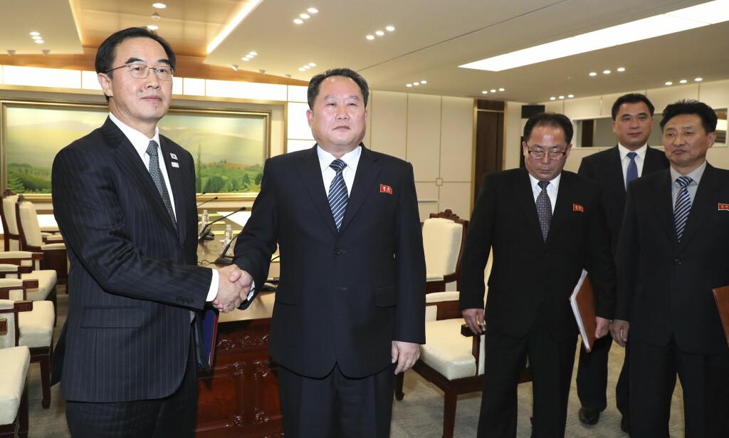 ENIGE: Sør-Koreas Cho Myoung-gyon og Nord-Koreas Ri Son Gwon etter møtet natt til tirsdag norsk tid. Foto: Korea Pool/Yonhap via AP