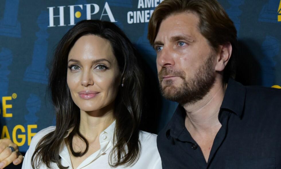 STJERNEMØTE: Den svenske regissøren Ruben Östlund fikk stå ved siden av Angelina Jolie på rød løper forrige uke. Tysk presse skulle ha det til at møtet mellom de to var alt annet enn profesjonelt. Foto: NTB scanpix