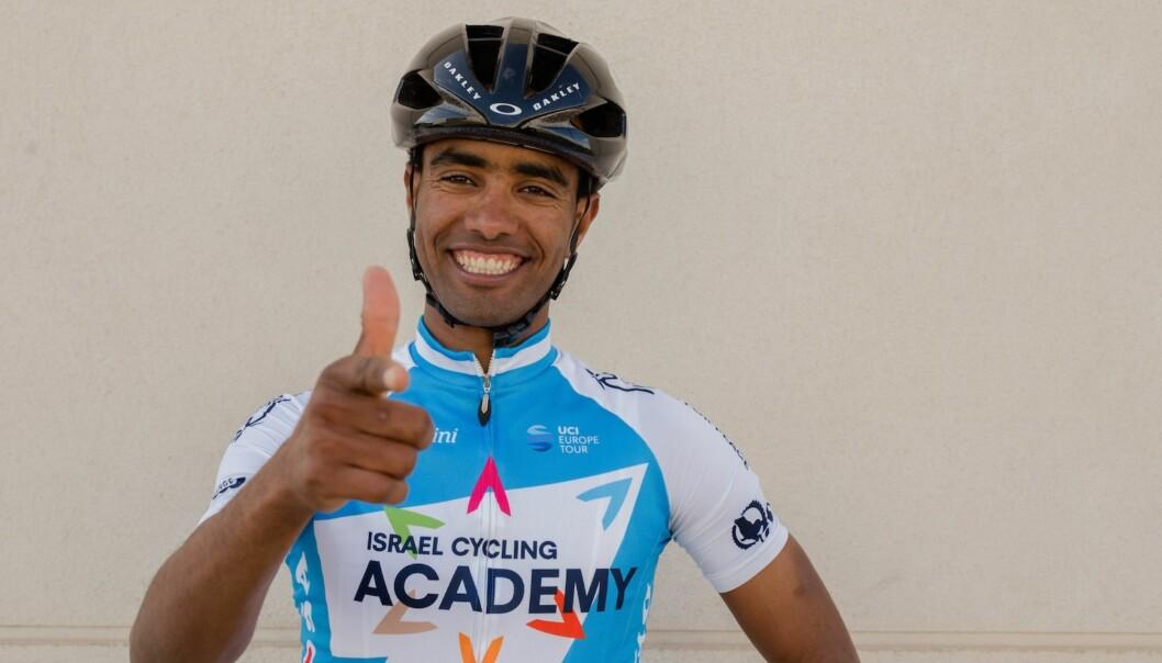 EUFORISK: Etter en lang vei fra Eritrea, via flyktningtilværelse i Sverige, har Awet Gebremedhin endelig fått oppfylt proffdrømmen. FOTO: Israel Cycling Academy