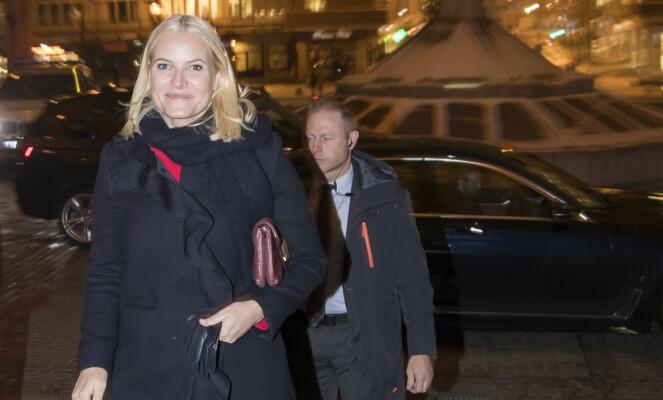 <strong>BESØKER SYKEHJEM:</strong> Her er Mette-Marit på vei til å besøke Lørenskog sykehjem i desember i fjor. Foto: NTB Scanpix