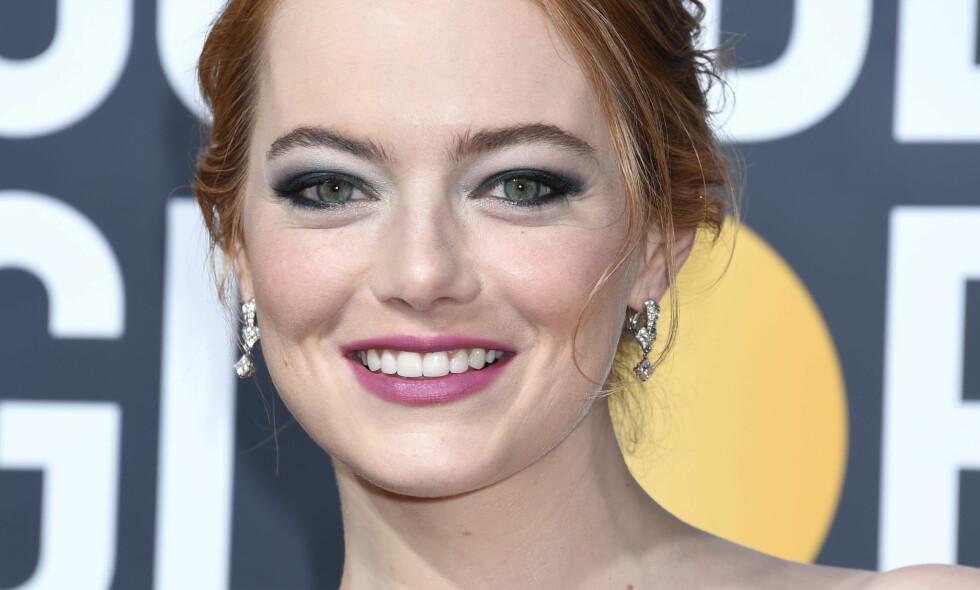 SKJULT BUDSKAP: Det er kanskje ikke lett å se, men Emma Stone dukket opp på løperen med lilla leppestift og grønn og hvit øyenskygge. Det er langt fra tilfeldig, om vi skal tro makeup-artisten hennes. Foto: NTB scanpix