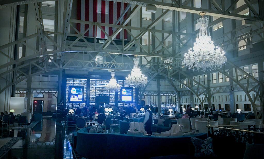 STORT: I hotellets enorme lobby henger lysekroner til 260 000 dollar stykket. Foto: Øistein Norum Monsen/Dagbladet.