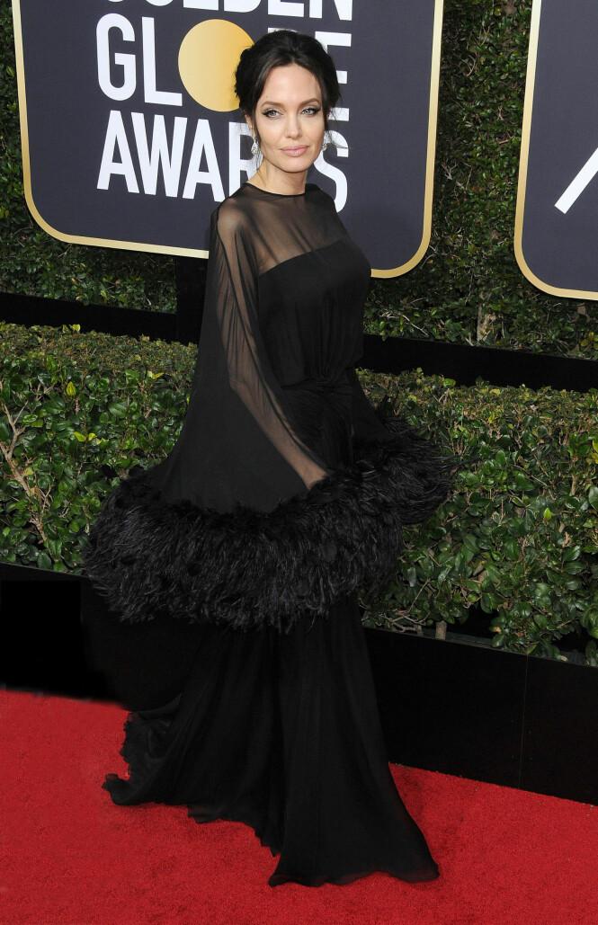 PÅ RØD LØPER: Angelina Jolie strålte på den røde løperen. Jennifer Aniston unngikk imidlertid denne biten av utdelingen. Foto: NTB Scanpix