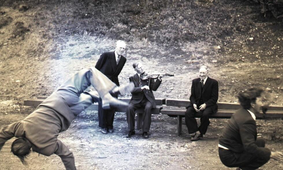 DANS: Når det danses reinlender i leikarringen, så er heller ikke det bare norsk. Navnet på dansen kan tyde på at den kommer fra Rhinland. Den er også i slekt med den skotske dansen schottische, også omtalt som tysk polka. Her i et bryllup i Ulvik i Hardanger i mai 1954. Foto: Finn Norstrøm/Riksarkivet/Billedbladet NÅ.