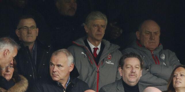 image: Komisk situasjon på tribunen: Wenger kjente ikke igjen sidemannen