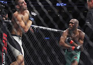 DEN SATT: Kamaru Usman påstår han er blitt en bedre bokser. Denne kjente i hvert fall motstander Sean Strickland i kampen 8. april i fjor. Foto: NTB Scanpix