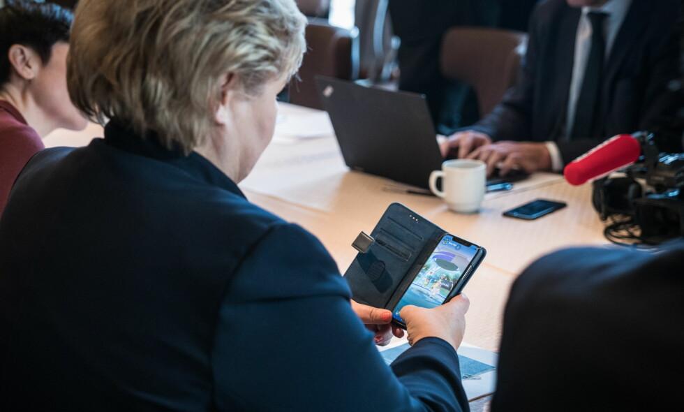 POKESTOPP: Statsminister Erna Solberg så sitt snitt til litt gaming etter pressekonferansen i Washington D.C. og før møtet med USAs president Donald Trump. Foto: Øistein Norum Monsen/Dagbladet
